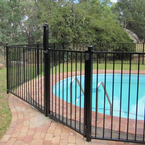 Bluedog Pool'nPlay® pool fencing using a 16mm round upright and 38x25x1.6mm rail in a black flat top style.