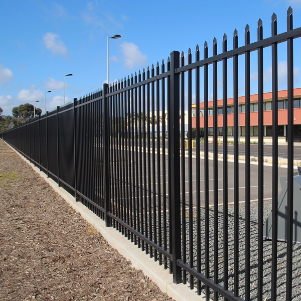 Bluedog SecuraTop Max® uses a heavier upright at a tighter spacing, a heavier rail and post for medium security applications.
