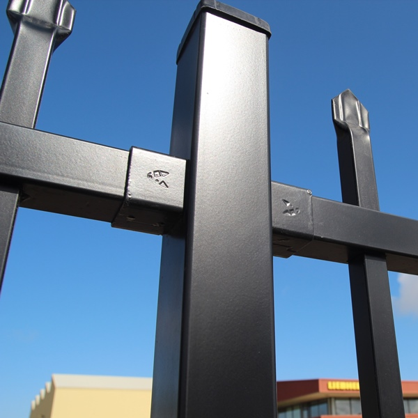 The Bluedog SmartaBracket® securely connects the 40x40 rail of the panel to the fence post and has a pleasing aesthetic finish from the outside.