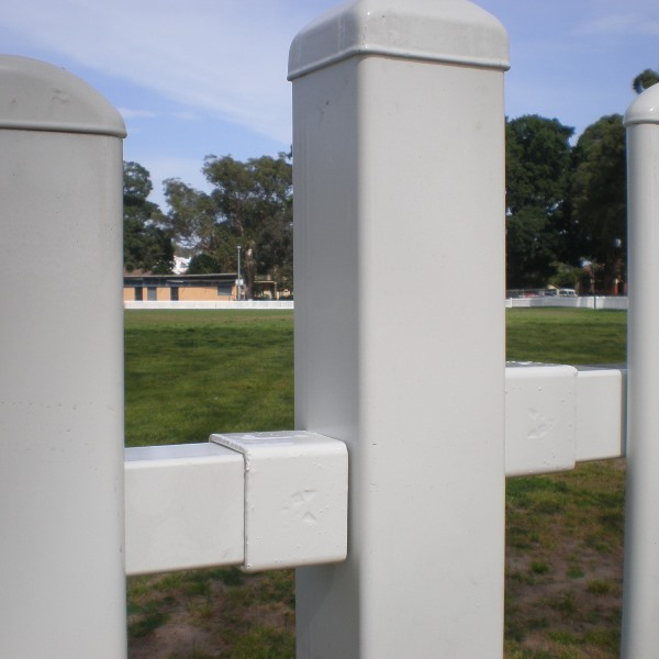 The Bluedog SmartaBracket® connects the 40x40 rail of the panel to the fence post and has a pleasing aesthetic finish from the outside.