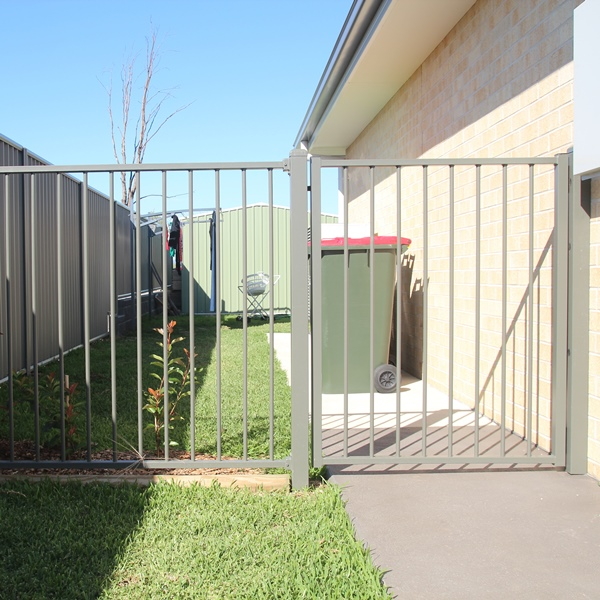 Bluedog Smart'nSafe single side gate with 40x40 stiles and 38x25 rails and in-fill panel.